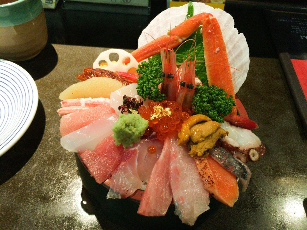 近江町市場でどこよりもアトラクション的な海鮮丼なら『山さん寿司本店』さん!