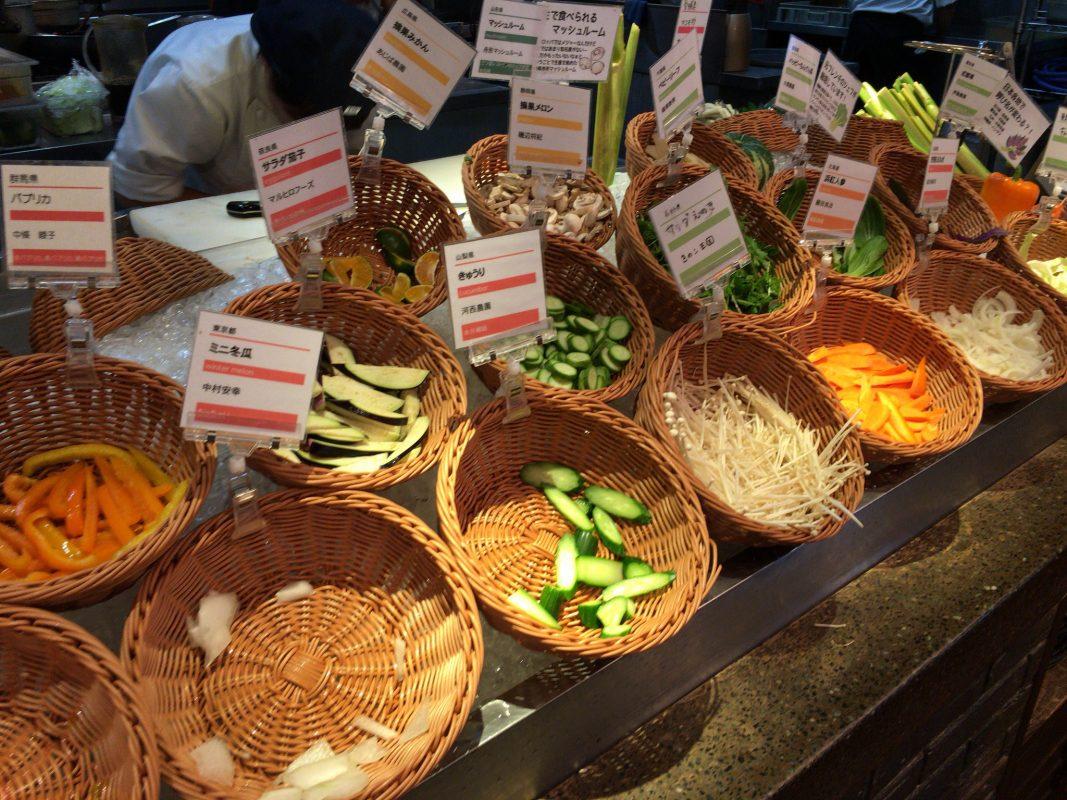 銀座なのに『農家の台所』。新鮮な生野菜が盛りだくさんなビュッフェです。
