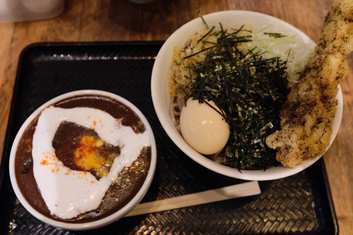 蕎麦にラー油ではなく、カレーでそばな壬生さんの黒カレー肉そば。