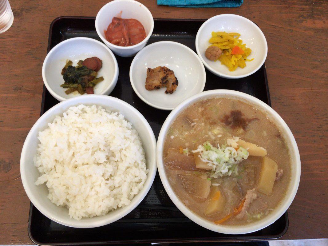 猛暑続きの夏の日に吉田とん汁店さんで自殺行為の旨すぎる豚汁定食!?